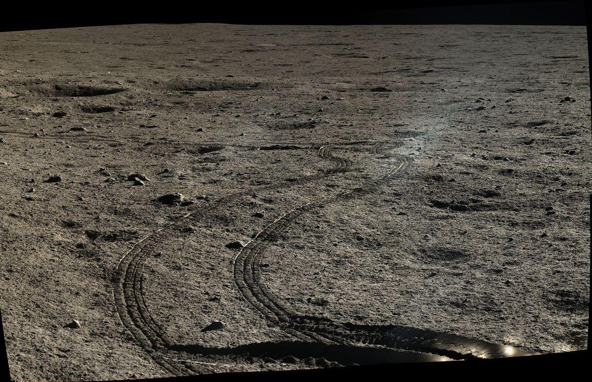 Imagen de los rastros de las ruedas del Yutu en el suelo de La luna