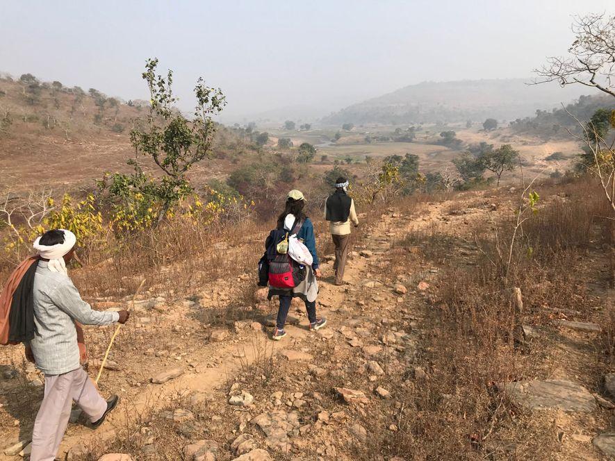 Los guías adivasi nos conducen por la cordillera de Kaimur.