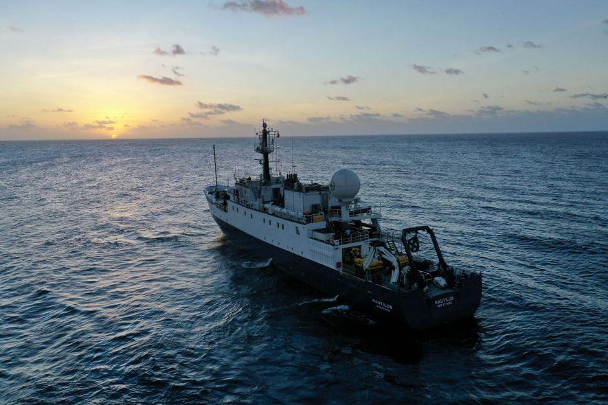 El E/V Nautilus, que cuenta con una serie de sensores submarinos, busca en un patrón en ...
