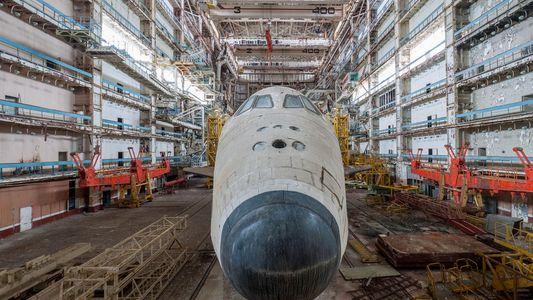 Dos transbordadores espaciales soviéticos permanecen abandonados en un desierto de Kazajistán