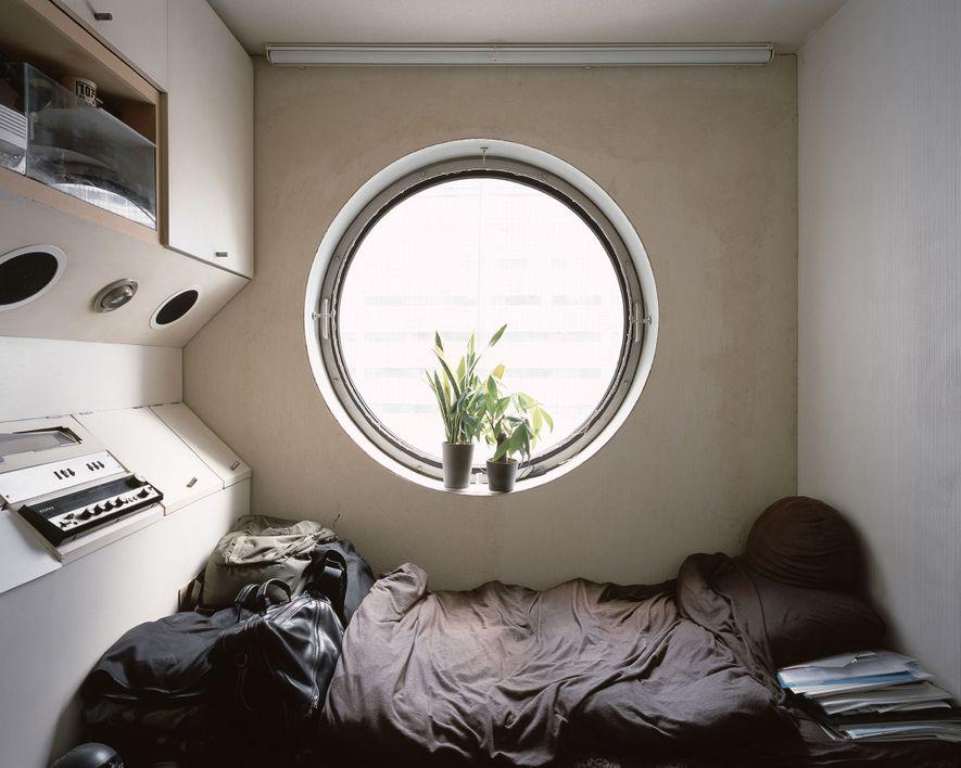 Un ejemplo de un cubículo usado como residencia a tiempo completo por su inquilino.