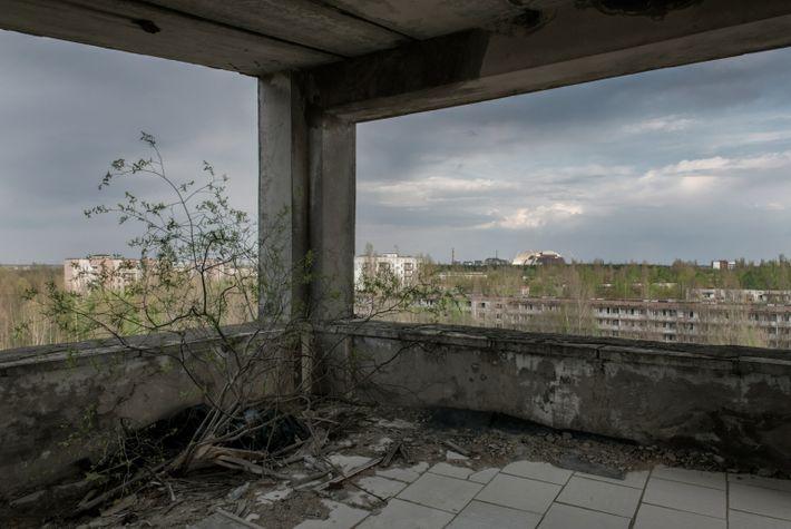 Restos del reactor 4 de la Central Nuclear de Chernóbil desde el Hotel Polissya
