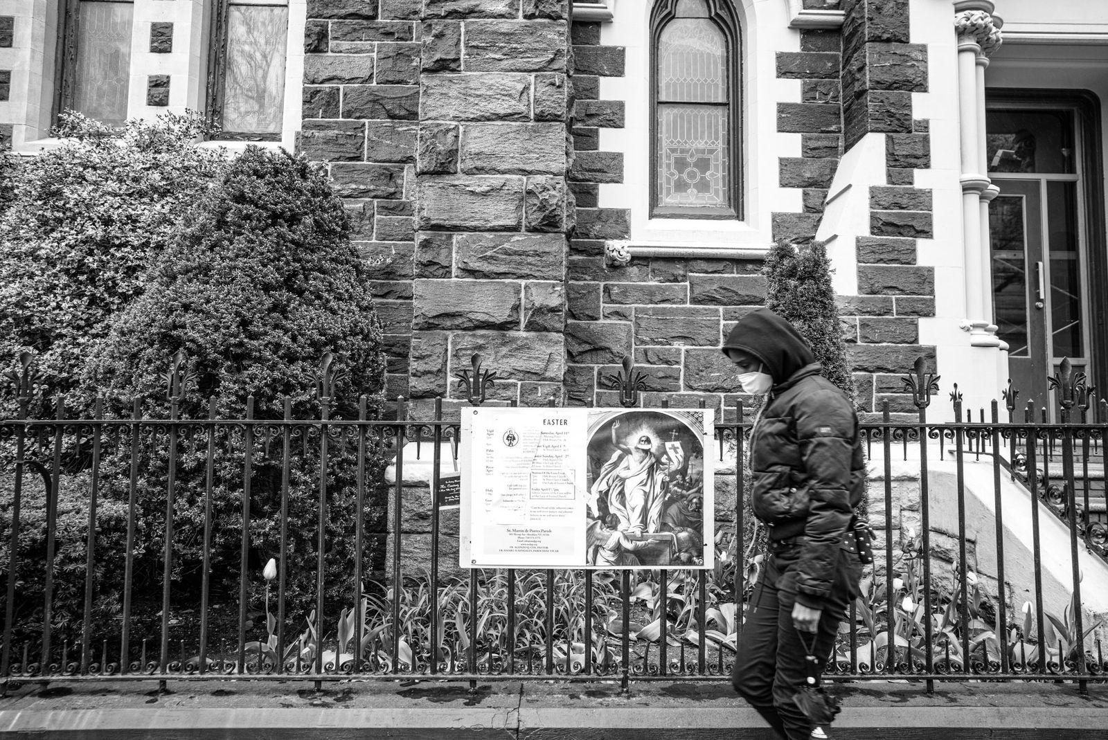 Una persona pasa frente a una iglesia