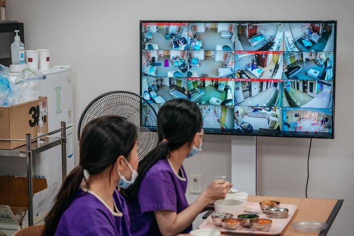 Las enfermeras del Centro Médico de Seúl rara vez apartan la vista de los monitores del ...