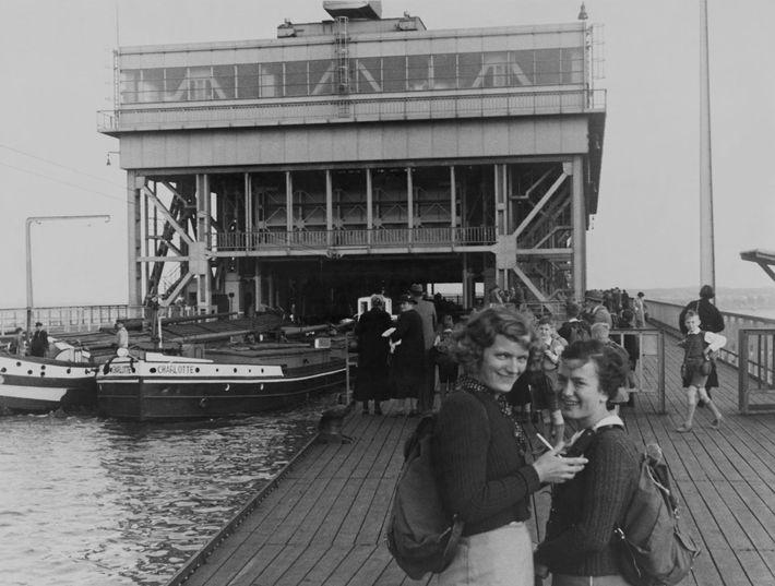 Las jóvenes alemanas caminan por las riberas de Berlín