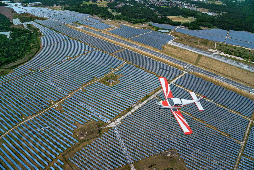 Los paneles solares, como estos en Alemania, se han vuelto mucho más comunes alrededor del mundo ...