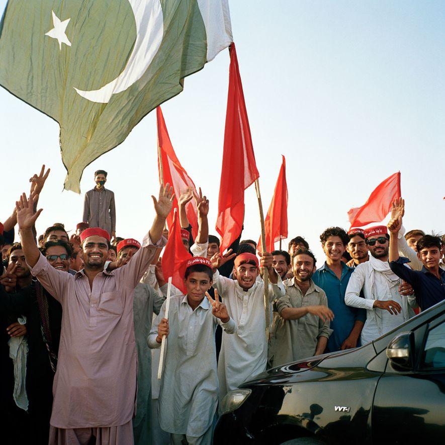 Los miembros del Partido Nacional de Awami (ANP), un partido nacionalista pastún de izquierdas, hacen campaña en una zona rural de Khyber Pakhtunkhwa durante el periodo previo a las elecciones pakistaníes de 2018. El ANP es uno de los partidos más seculares y liberales de Pakistán. Unos días después de la campaña, el líder de ANP Haroon Bilous fue asesinado en Peshawar por un atacante suicida. No había mujeres en el mitin.