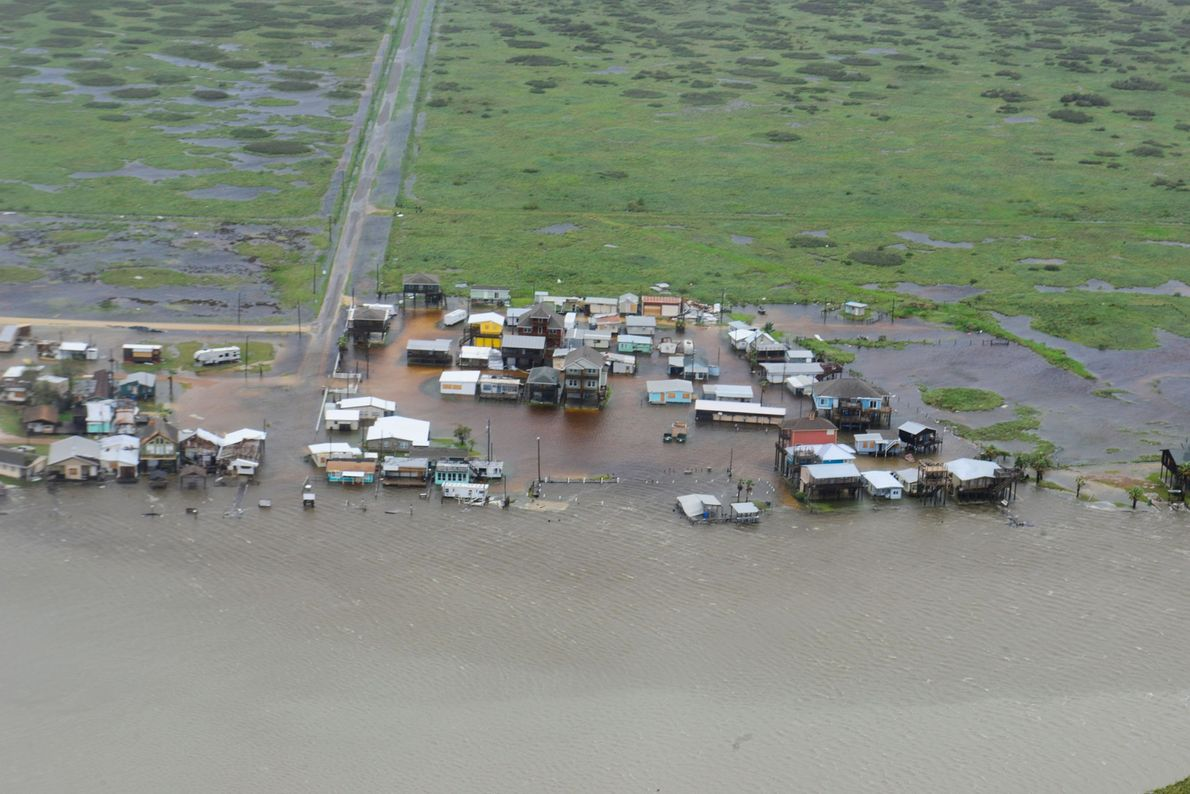 Casas rodeadas por aguas de inundación