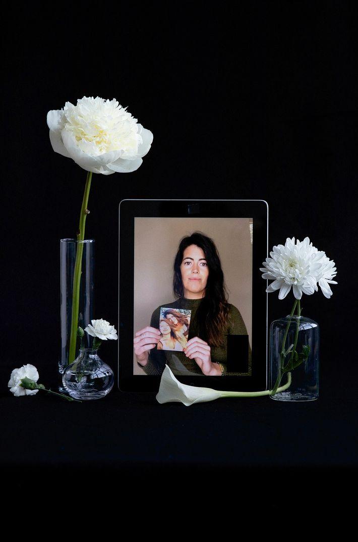 Kelsey Ellis con una fotografía de su hermana gemela, Audrey Ellis