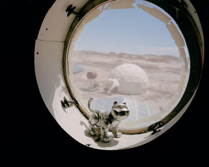 El «HabCat» en una ventana en la Mars Desert Research Station de Hanksville, Utah, durante la ...