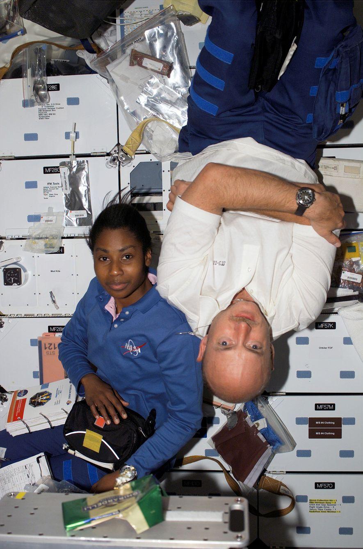 Los astronautas Stephanie D. Wilson y Mark Kelly flotan a bordo del transbordador espacial Discovery en ...