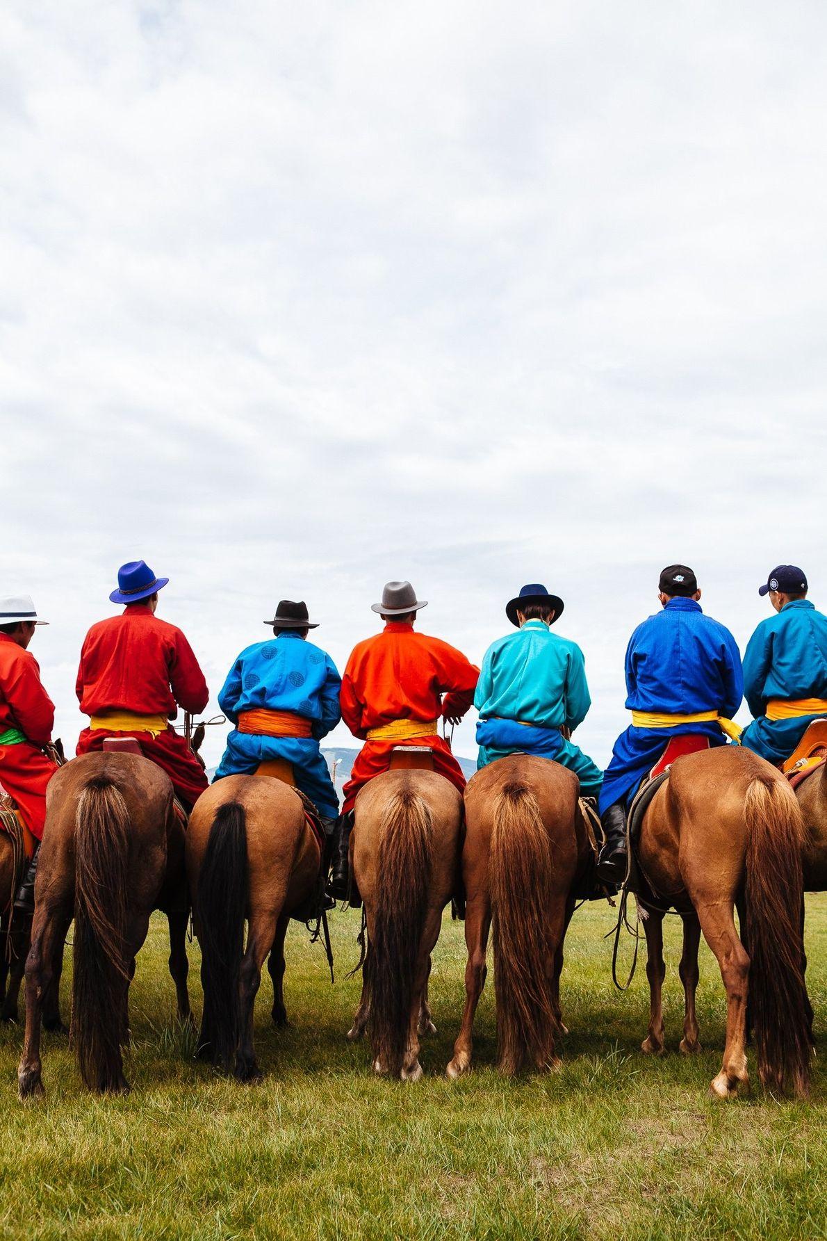 «Un grupo de hombres a caballo durante la ceremonia de inauguración del festival Nadaam cerca de …
