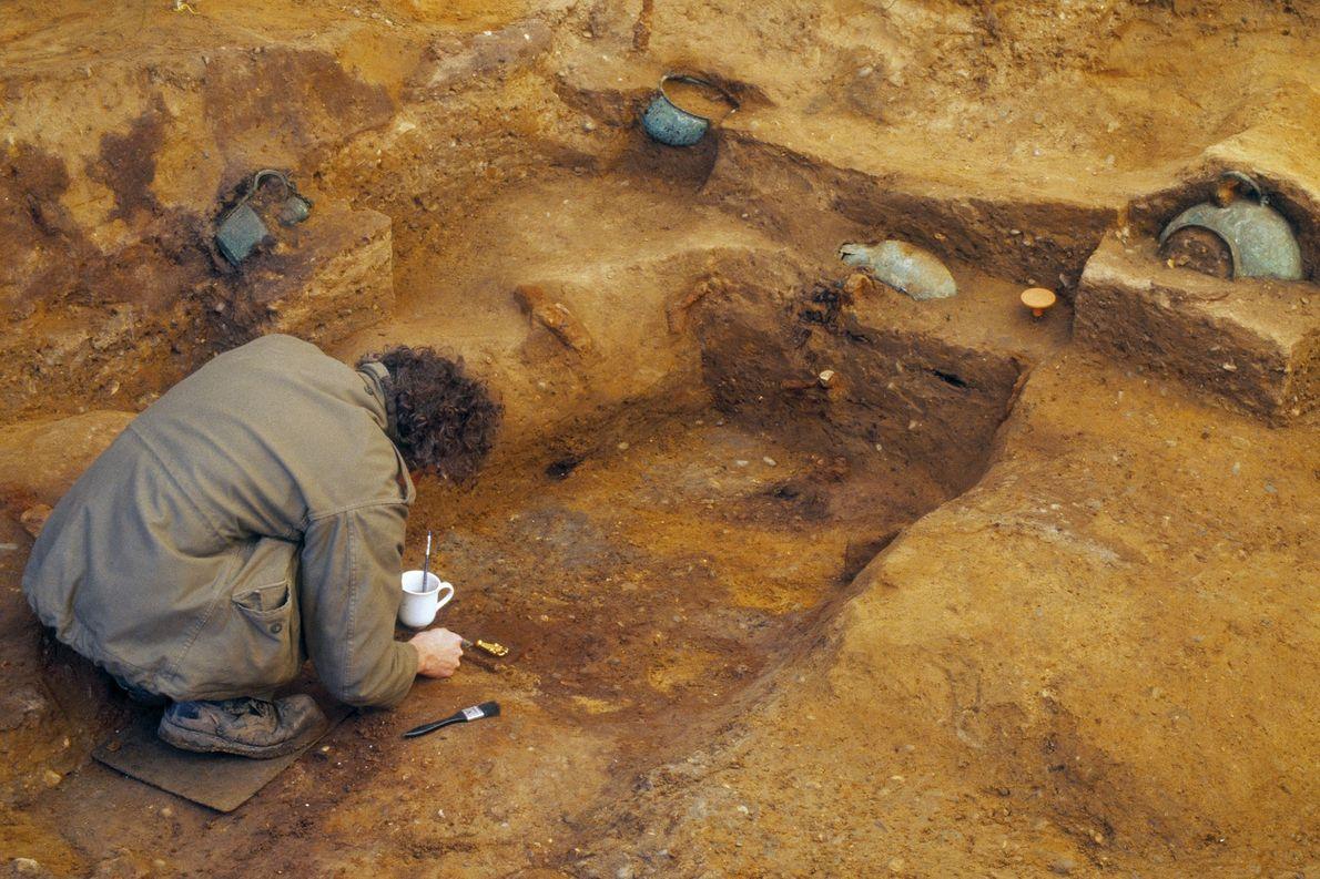 Un arqueólogo excava
