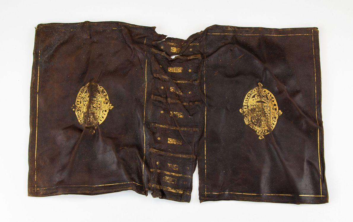 Cubierta de un libro de cuero estampada con el escudo de armas de la familia Stuart