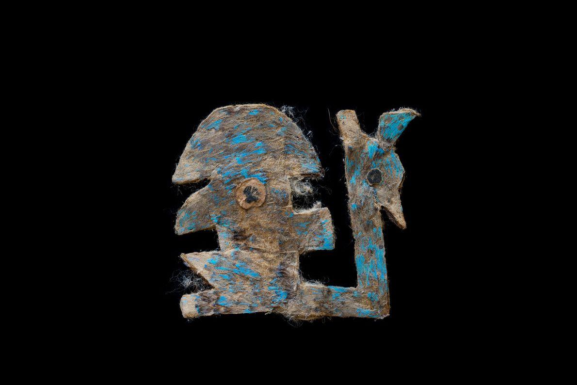 Una obra de arte que estaba cubierta de plumas azules. Todavía pueden verse los restos de …