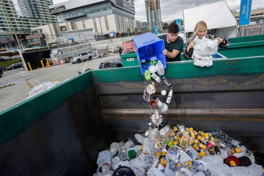 Los residentes entregan materiales en el nuevo Zero Waste Center en Vancouver, Canadá, en marzo de 2018. El centro es un punto de recolección de basura de los hogares donde los residentes pueden dejar los residuos para su reciclaje o reutilización y así ayudar a reducir la cantidad que llega a los vertederos.