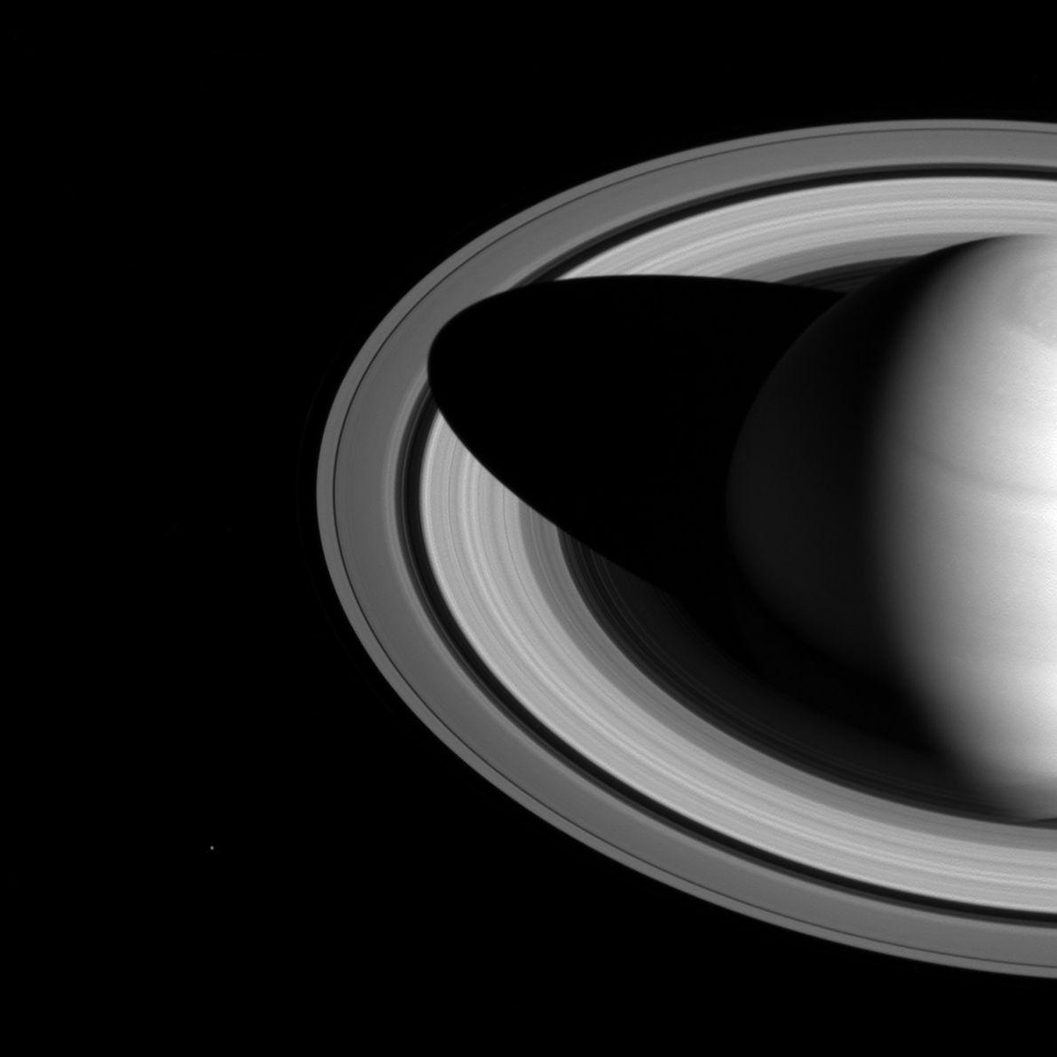 Saturno proyecta una oscura sombra