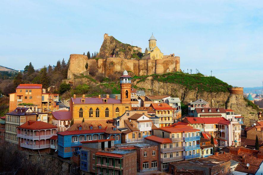 Los edificios llenos de vida crean el paisaje urbano enigmático de Tiflis, Georgia.