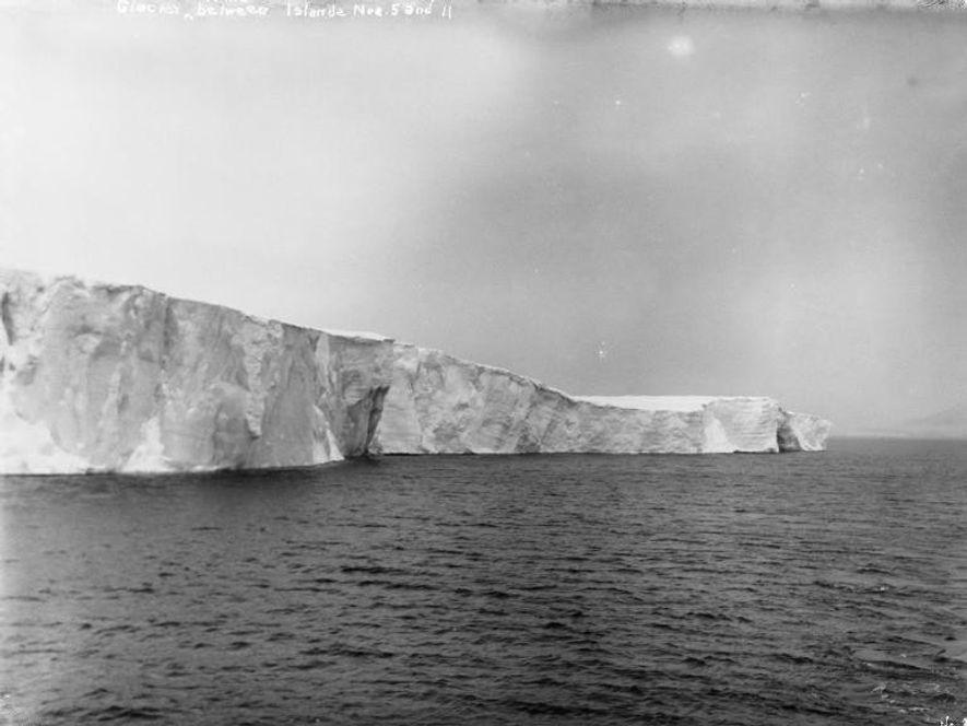 Una fotografía del 8 de septiembre de 1901 muestra un glaciar entre las islas que forman ...