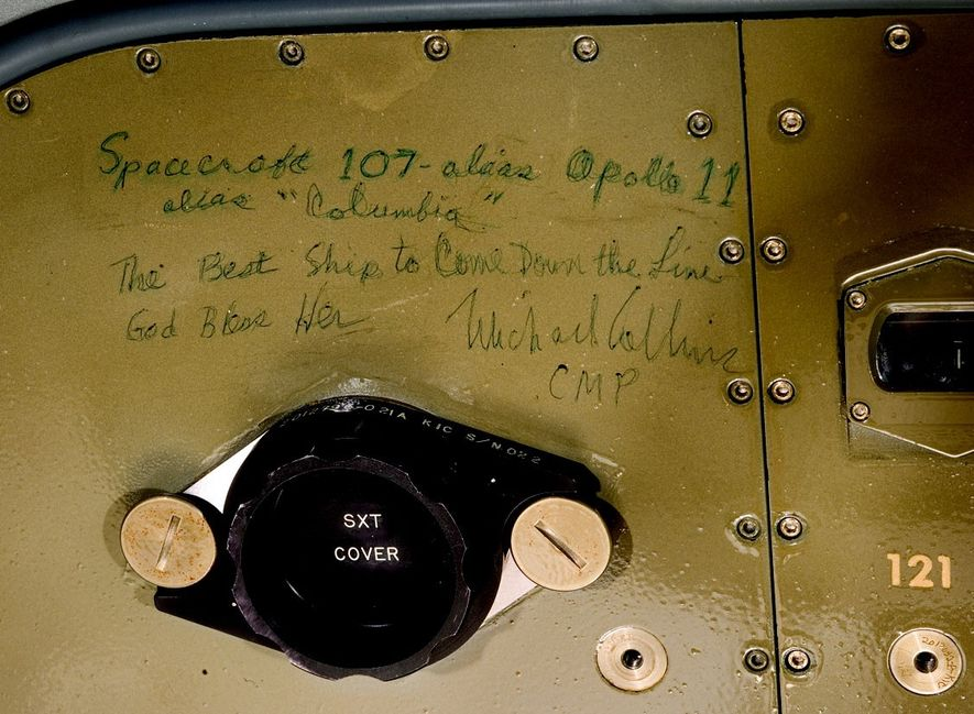 A bordo del U.S.S. Hornet tras el amerizaje de Columbia el 24 de julio de 1969, ...