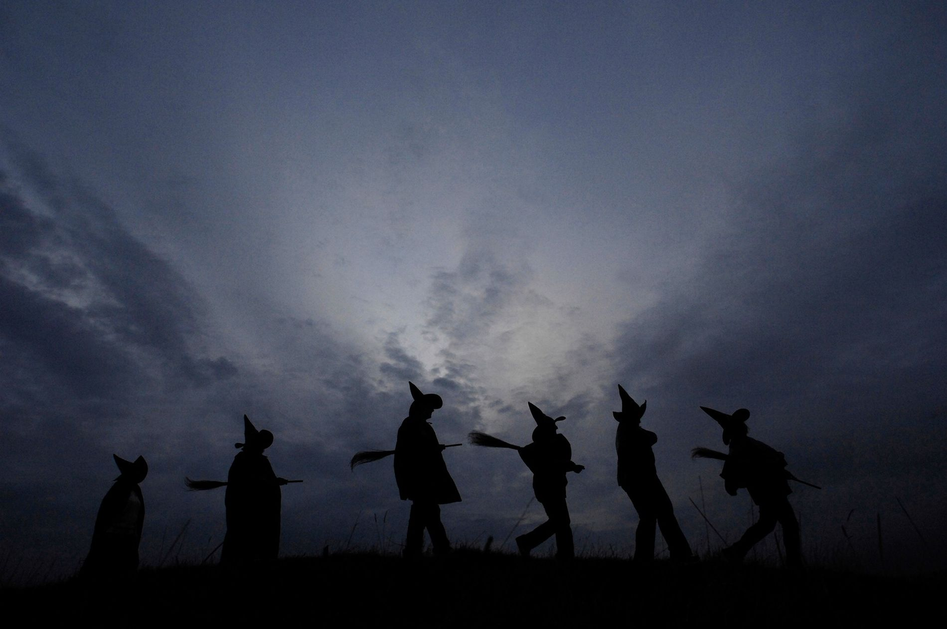 Celebraciones de Halloween en la oscuridad. Las tradiciones actuales como disfrazarse o el «truco o trato» tienen profundas raíces históricas.