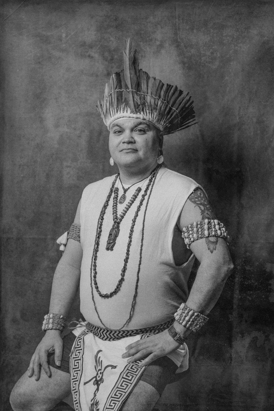 """«Los ancianos de mi familia me inculcaron desde pequeño la idea de mantener un silencio absoluto respecto a nuestra identidad indígena. Estábamos culturalizados con la idea de que jamás debemos revelar que somos pueblos indígenas. Esta idea se extendía a simplemente asentir con educación cuando los desconocidos decían que nos """"parecíamos"""" a los nativos, pero mis primos y yo jamás debíamos reconocer públicamente nuestro legado indígena».  -Gypsie Runningcloud, 48 años"""