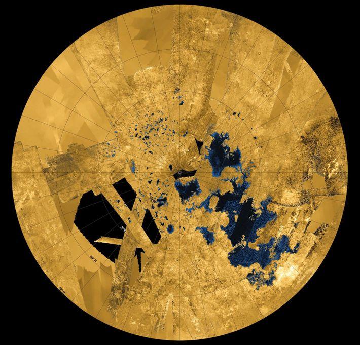 Este mosaico en color de Cassini muestra la parte norte de Titán, llena de mares y ...