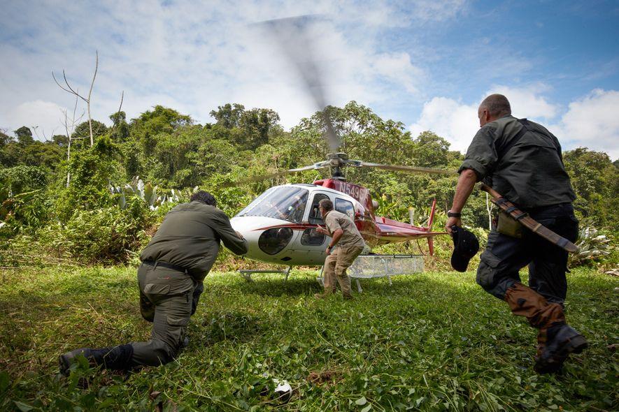 Las fuerzas especiales británicas (SAS) preparan un helicóptero para poder acceder a la localización secreta de ...