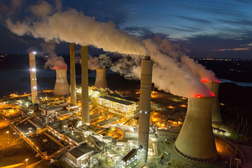Imagen del vapor y del humo que se elevan desde las torres de refrigeración y las ...