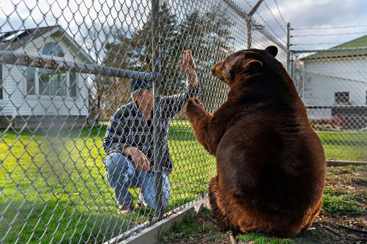 John Matus y su oso