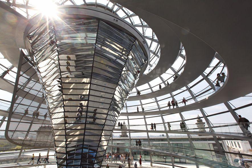 2,5 millones de visitantes suben cada año al techo de cristal de esta cúpula moderna que encumbra el Reichstag de Berlín, probablemente el parlamento más verde del mundo. Mediante un cono central de espejos, la cúpula es una fuente de luz natural y ventilación. Remplazó a una cúpula con ventanas que resultó dañada en el incendio del Reichstag en 1933 y en la Segunda Guerra Mundial.