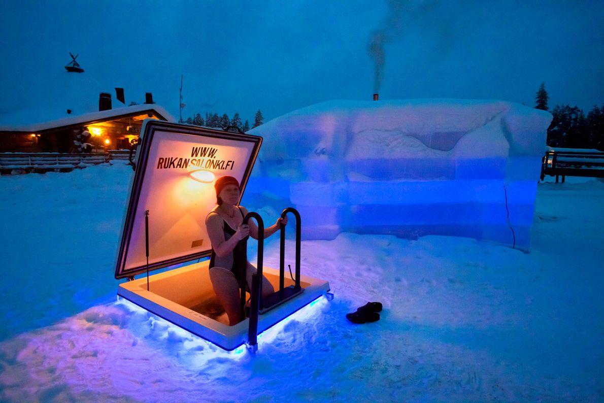 Imagen de una mujer en una sauna de hielo, Finlandia