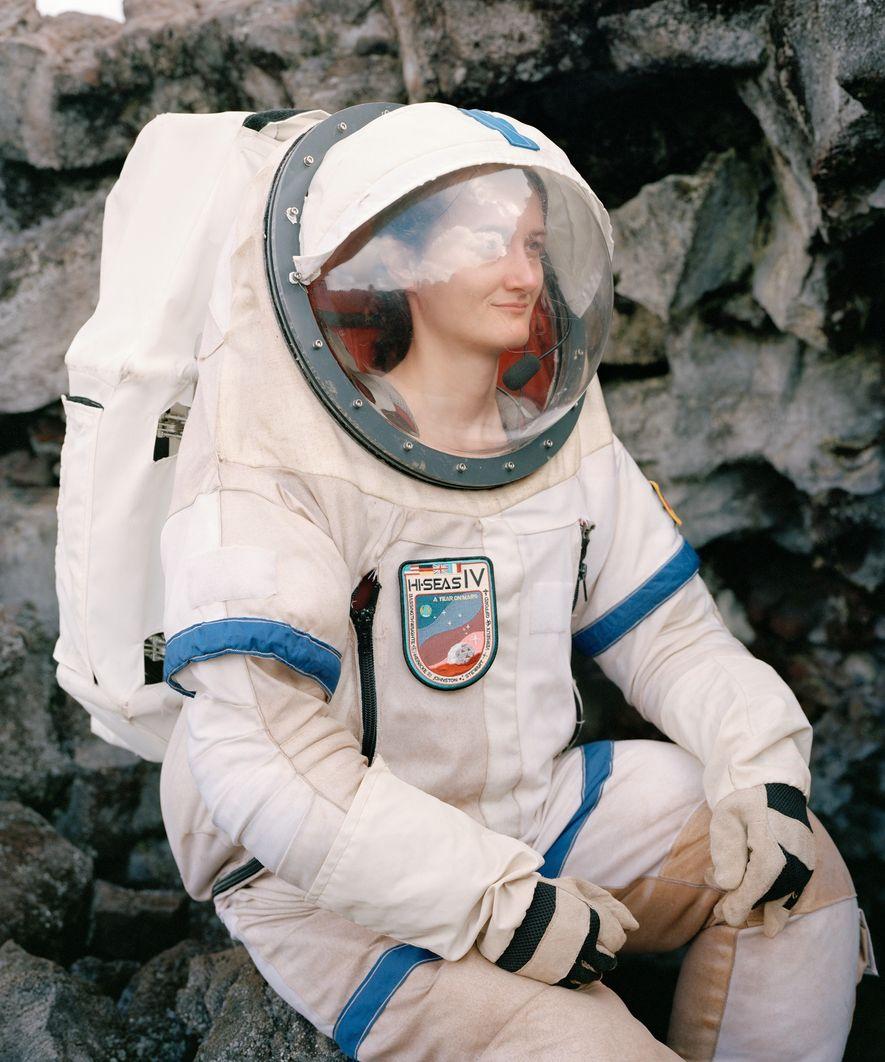 Christiane Heinicke, de la IV misión de HI-SEAS, sentada en un tubo de lava descubierto por ...