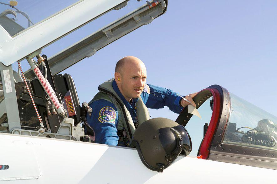 Mark Kelly se prepara para un vuelo en un T-38 en 2006 cerca del Centro Espacial ...