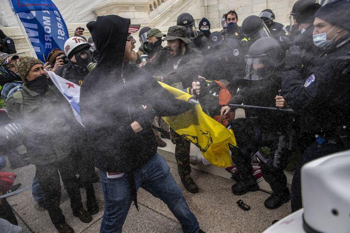 La policía y los insurgentes se enfrentan