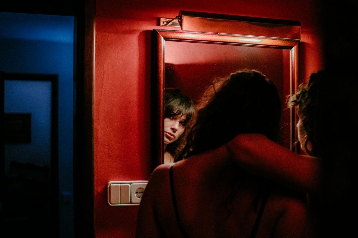 La fotógrafa de Your Shot Josey Grace sacó este retrato, «Reflejo de una mujer», en las …