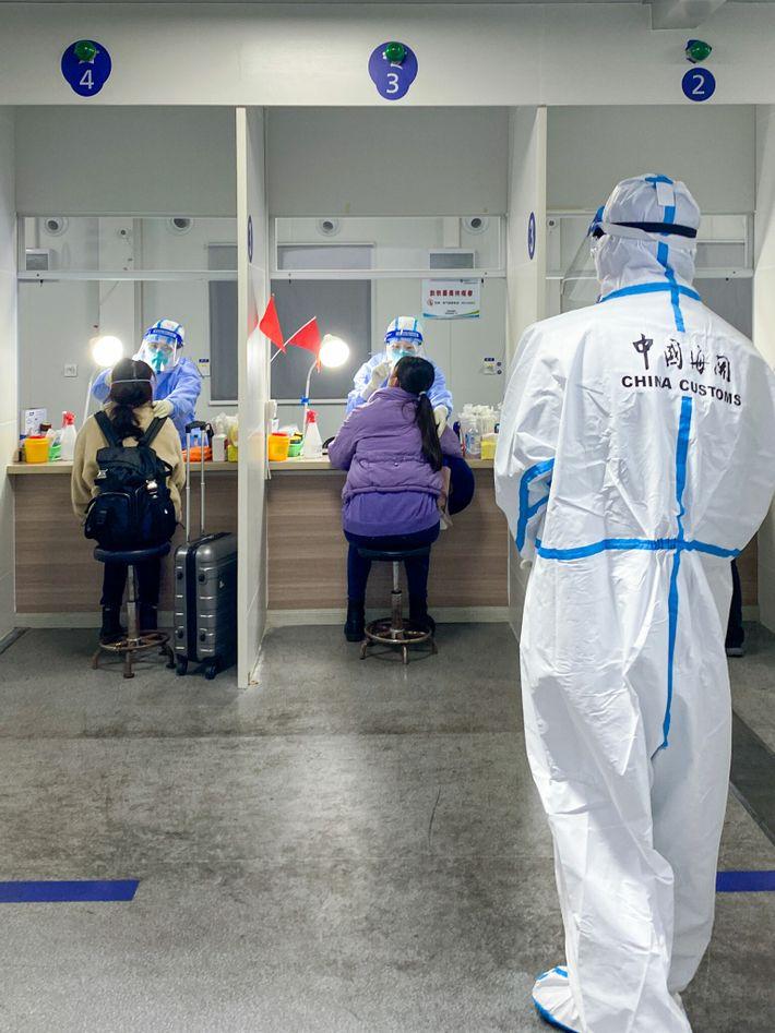 Pruebas de COVID-19 en el aeropuerto de Shanghái