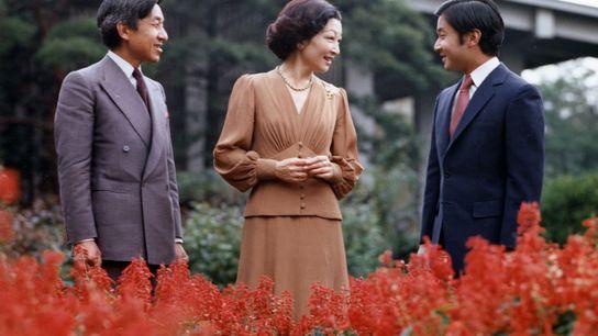 Emperador Akihito con su mujer e hijo