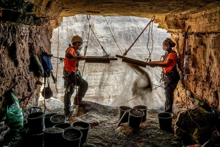 ArqueólogosHagay Hamer y Oriah Amichai tamizan los sedimentos
