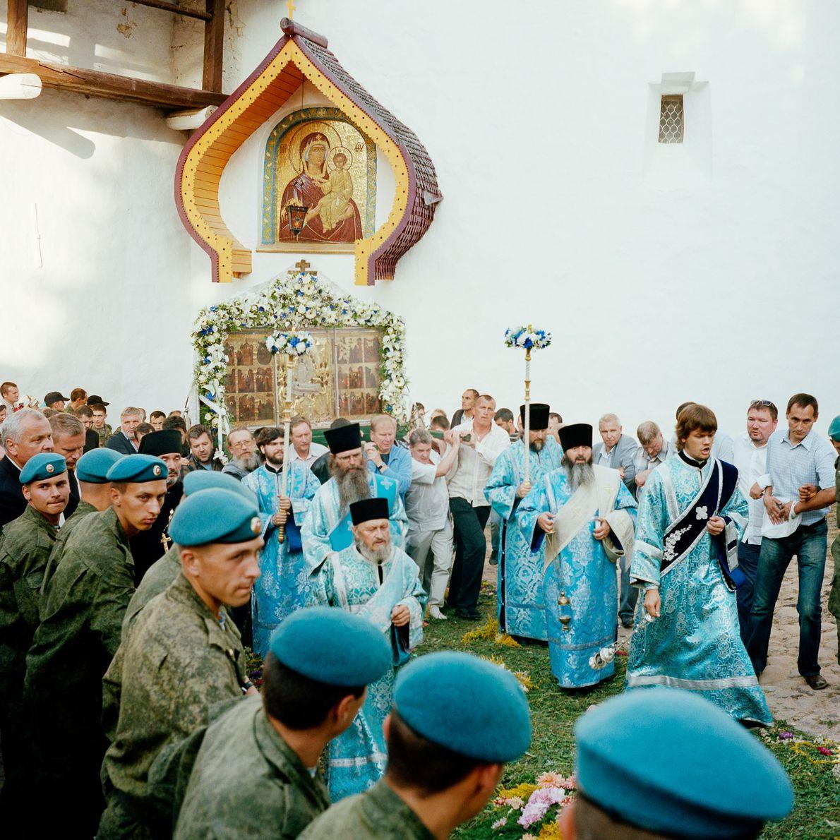 Transportan un icono alrededor del monasterio de Pechory el día de la Dormición de la Madre …