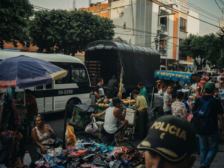 La policía patrulla una calle abarrotada en Cúcuta, Colombia. Las autoridades suelen parar a los venezolanos ...
