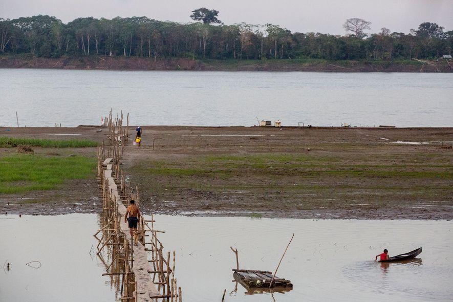Un largo puente peatonal conecta Puerto Alegría al río Amazonas. Al otro lado del río está Colombia, donde se aloja la mayoría de los turistas. Muchos en Puerto Alegría esperan que se produzca un cambio hacia el turismo ético que atraiga visitantes. Hasta la fecha, han venido pocos.