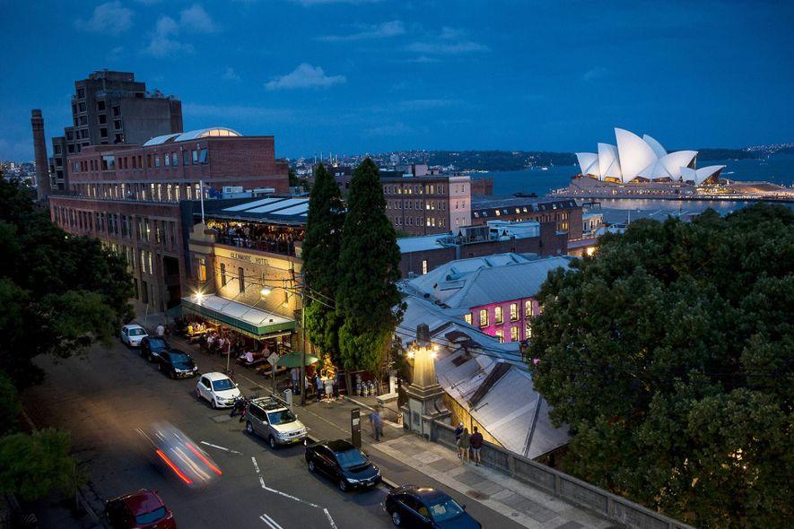 La Ópera de Sídney iluminada puede verse desde un barrio cercano conocido como The Rocks.
