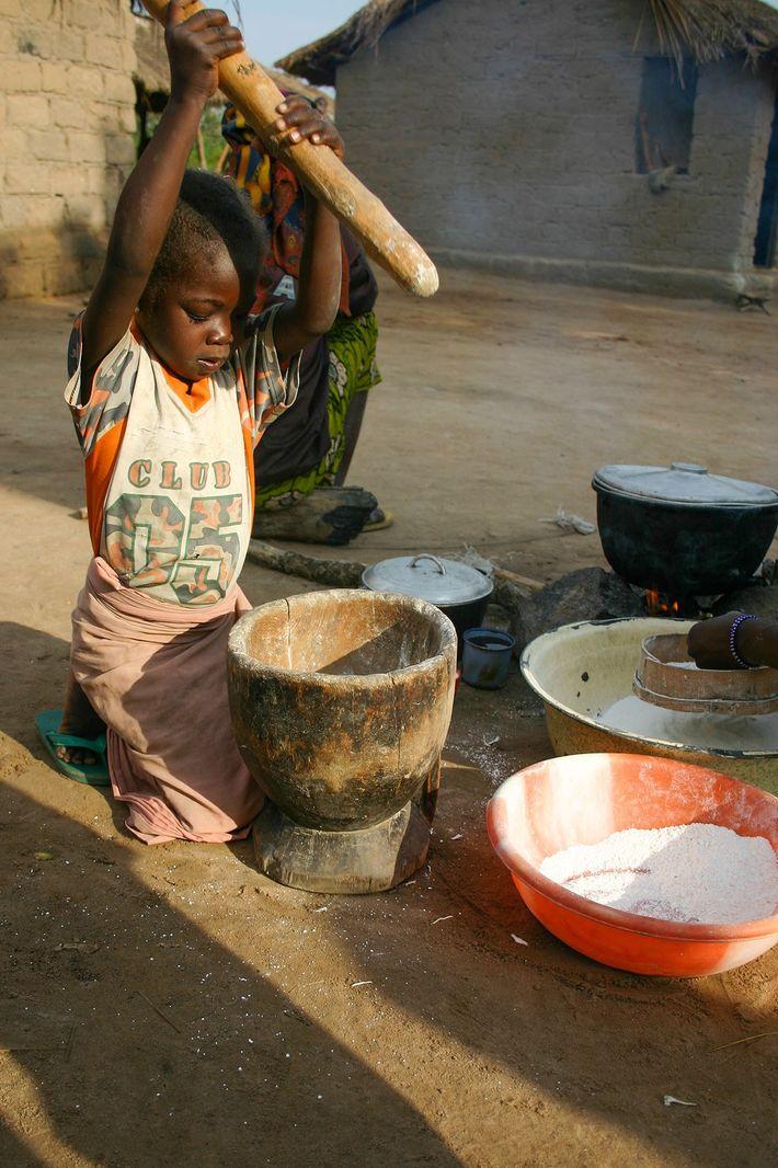Un niño machaca mandioca, un alimento básico en el África subsahariana. La fotografía se tomó en ...