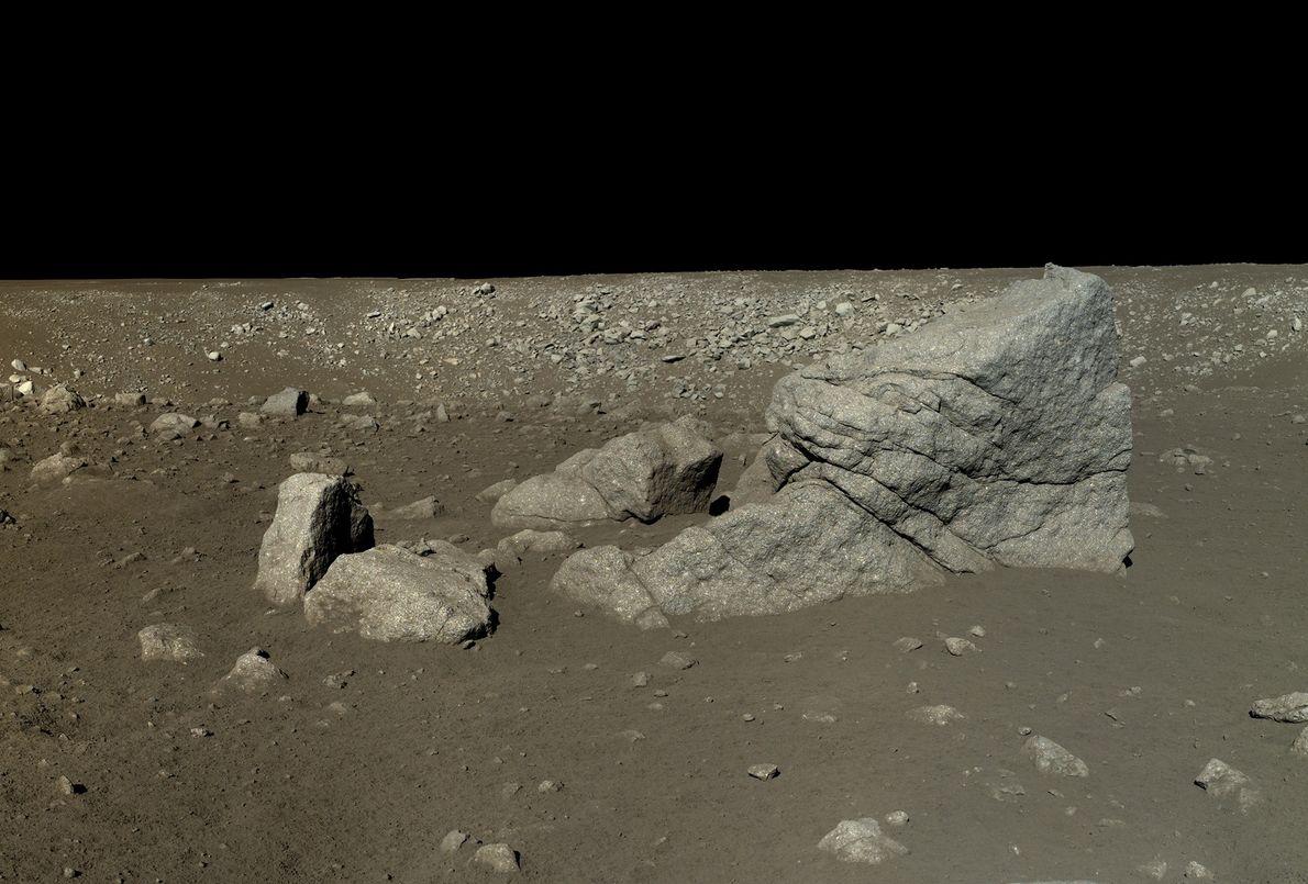 Imagen de una roca con forma piramidal en la Luna