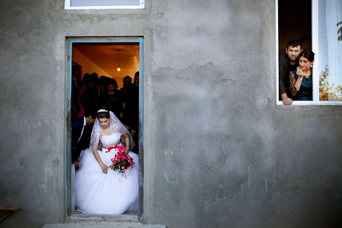 Una novia adolescente sale de su casa para asistir a su matrimonio