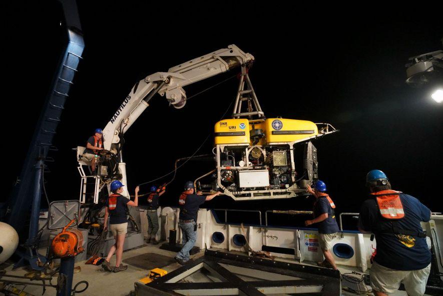 Un vehículo remoto (ROV) llamado Hércules se despliega desde la cubierta del Nautilus. El ROV se ...