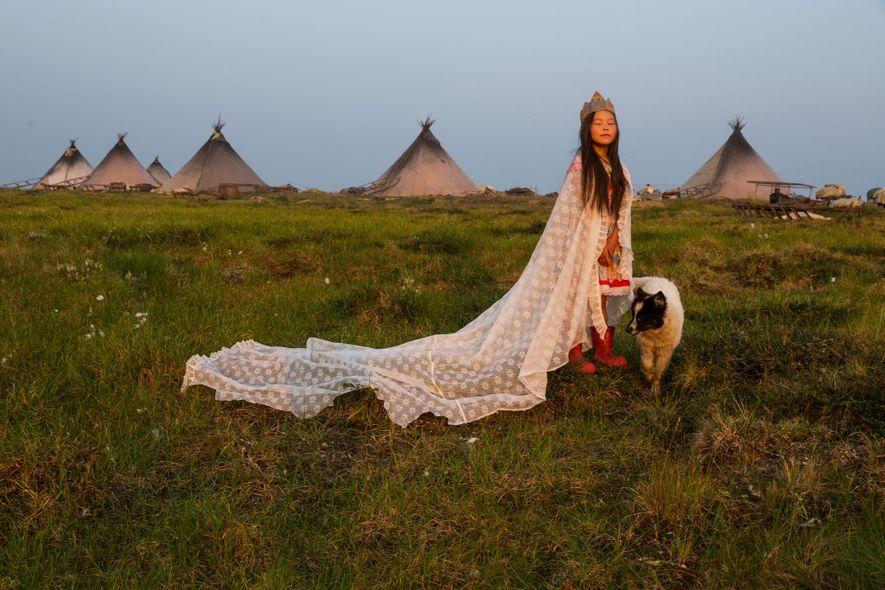 Con una cortina a modo de capa y una corona de cartón, Kristina Khudi se convierte ...