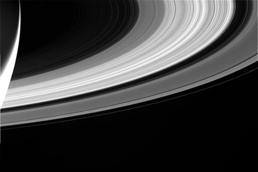 Cassini sacó esta fotografía del majestuoso Saturno y sus famosos anillos a medida que se acercaba ...