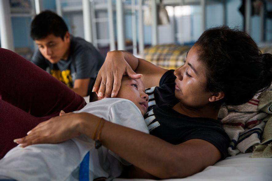 Patricia Flores consuela a su hijo en un refugio en la ciudad fronteriza de Reynosa, México, tras viajar desde El Salvador.